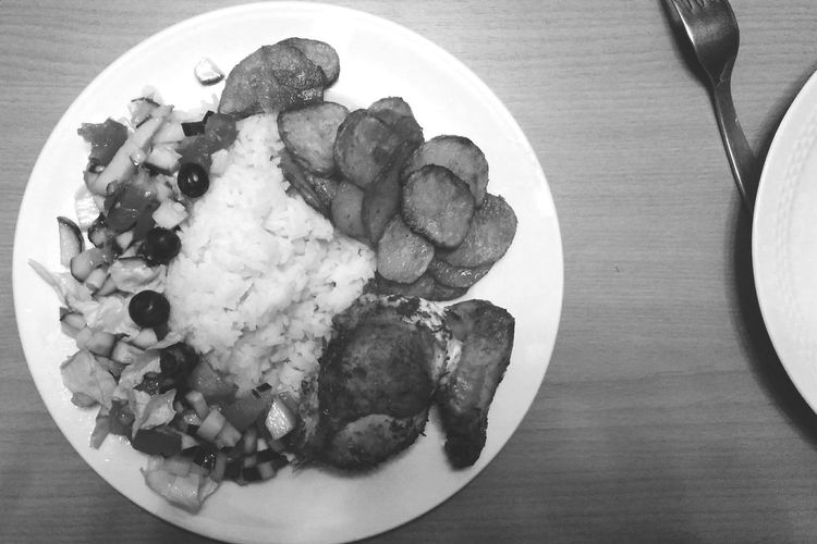 iftartime :) it was yummy . when i finished editing this photo it looked very (too) delicious.. so i decided to put it in black and white so the fasting people among you won't get hungry 😋 Iftar Blackandwhite Ramadan  Monochrome Lateupload Bnw In My Mouf Bnw_food Chicken And Rice Food Porn Awards