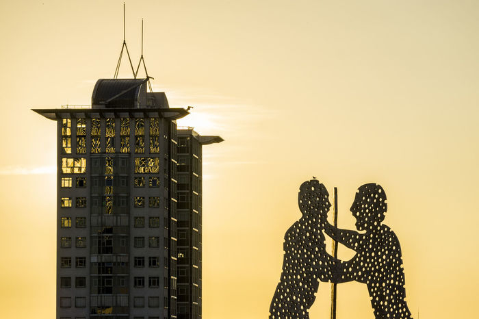 Molecule Men sculpture with skyscraper at sunset Berlin Germany 🇩🇪 Deutschland Molecule Men The Week On EyeEm Architecture Building Exterior Built Structure Color Image Day High Rise Building No People Outdoors Sky Skyscraper Sunset