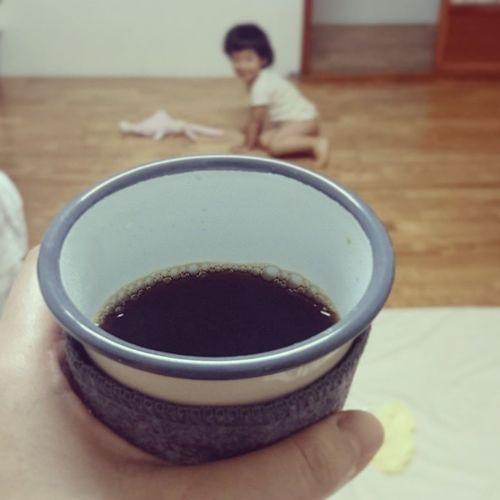 June 22 : 這禮拜有陪睡房客,而且是祖媽的剋星(笑),早上喝咖啡時間是她說醒了才算! 林祖媽咖啡房 咖啡 早晨咖啡 Wakeupandsmellthecoffee dailyroutines brewcoffee morningcoffee freshbrew daily brewing 7AMto8AM coffeebean