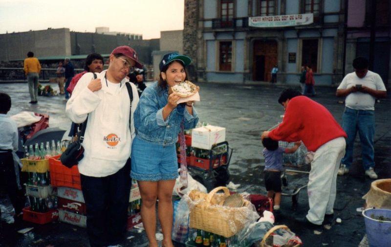 Comiendo una tlayuda en la calle que está entre la Catedral y el Templo Mayor en el corazón de la Ciudad de México. Rincones Con Sabor Mexican Food ¡Viva México‼️🇲🇽 Gastronomía Mexicana Disfrutando De La Comida Foodie Disfrutando México Enjoying Mexico Living & Loving Mexico ¡Qué Chivo!! Foddies Of Eye M Food Blogger Mi Ventana Al Mundo Window To The World🌎 Eyeemphoto Enjoy The New Normal
