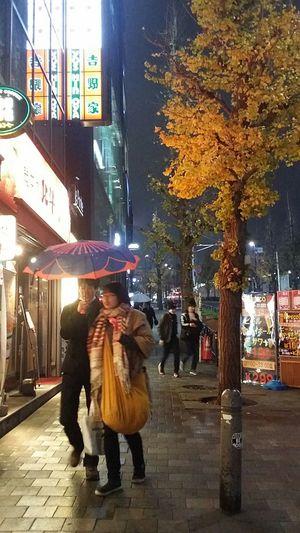 It always rains when I'm in Harajuku Rainy Ginkgo Tree Winter 2016 Autumn Colours Autumn Leaves Tokyoautumn2016 JapanstreetphotographyTokyo Japan TokyoDec2016 JapanDec2016 Tokyostreetphotography Streetphotography Couple