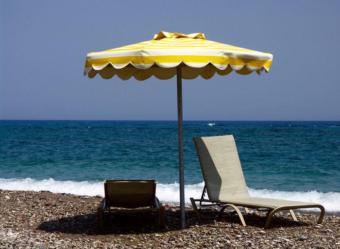 Beach Chair Clear Sky GREECE ♥♥ Griechenland No People Sonnenstuhl Am Strand Sonnenstuhl Mit Sonnenschirm Sunbeds And Umbrella Sunbeds On The Beach Water