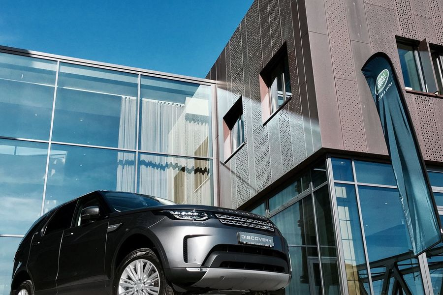 EyeEm Selects Car Building Exterior Architecture Built Structure No People Window Clear Sky Low Angle View Outdoors Day Sky Land Rover Discover Your City Discovery Land Rover Discovery Automotive Photography Automotive