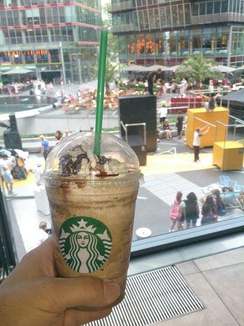 Tomando un Frapuchino en el Starbucks del Sony Certer de Berlin