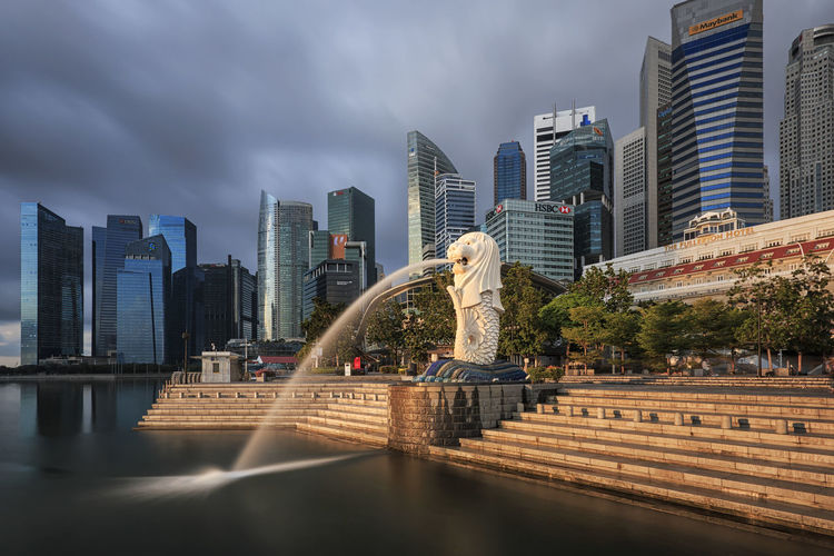 Singapore, Singapore - October 20, 2018: Sunrise in Singapore with a beautiful view of the Merlion and other iconic buildings Singapore Marina Bay Sands Merlion Haji Lane, Singapore Arab Street Cityscape Modern Art Museum Buddah Tooth Relic Temple
