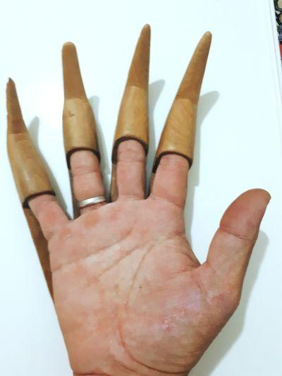 Ellik eldivenin atası kavrama orakla ekin biçilirken elleri orak kesmesin diye ağaçtan yapılmış eldiven tarihi ağaç eksinler. Farmers Market Historikal Farm Market Eldivenlerimle Eldiven Woood Human Hand Ink Palm Fingernail Communication Human Finger Gesturing Close-up Thumbs Up