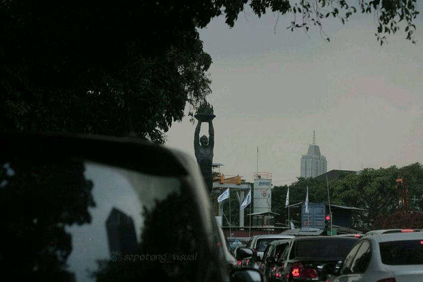 One day Stuck In Traffic at JakartaStreet , Eyeemphotography EyeEmIndonesiaCommunity Taking Photos EyeEm Gallery Indonesia_photography Vscodaily Tree Building Exterior Architecture City City Life Point Of View Landmak