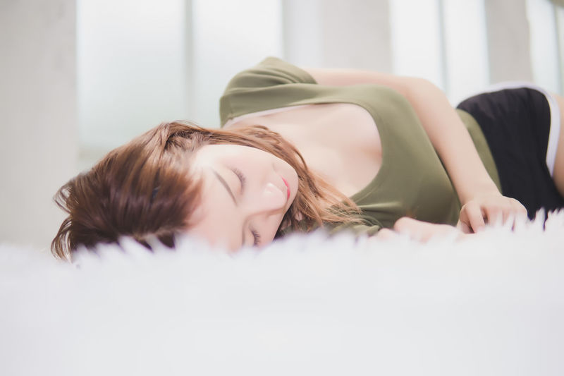 Adult Bed Eyes Closed  Furniture Hairstyle Headshot Home Interior Indoors  Leisure Activity Lifestyles Lying Down One Person Portrait Real People Relaxation Selective Focus Women Young Adult Young Women