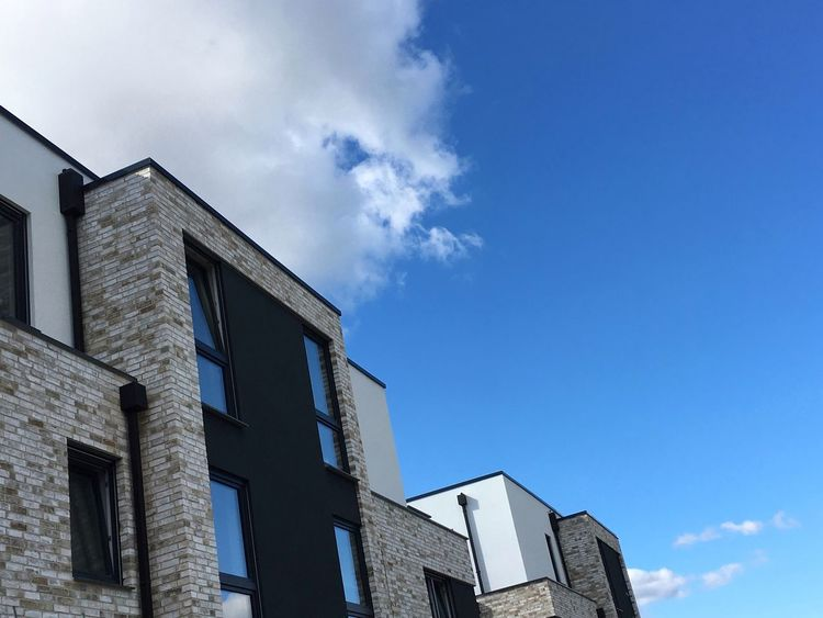 Gebäude Modern Büro Immobilie Immobilien Haus Architecture Building Exterior Cloud - Sky Architectural Feature Built Structure Low Angle View Window Blue Sky Day Façade First Eyeem Photo