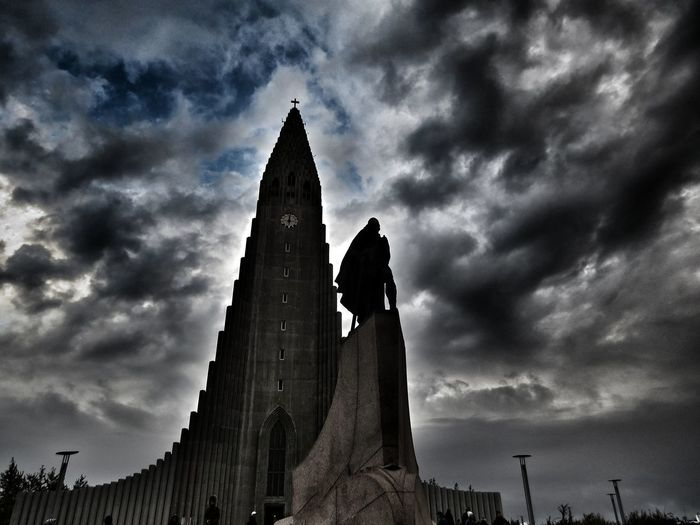 Die Kirche Hallgrímskirkja in Reykjavik. Mit einer Statue von Leif Eriksson davor. Schwer nachbearbeitet. Hallgrìmskirkja Hallgrimskirkjachurch LeifEriksson Leif Eriksson Leif Eriksson Statue Island Reykjavik Nachbearbeitet Statue Architecture Travel Destinations Outdoors Sky Built Structure City No People Cloud - Sky Sculpture