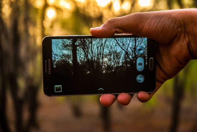 Human Hand Human Body Part Holding Photography Themes Photographing Wireless Technology Focus On Foreground One Person Communication Device Screen Technology Real People Close-up Portable Information Device Day Sleeve  Outdoors Digital Viewfinder Touch Screen People Mobile Phone