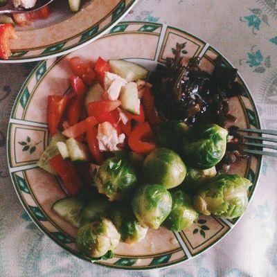 Давно я что-то не выкладывала свою еду. Так вот питаюсь преимущественно салатами и овощами. На данной тарелке брокколи, морская капуста и овощной салат, мальчики полностью поддерживают меня в питании, а как любой маме мне приятно видеть как ребенок за обе щеки уплетает овощи! Еда семья здоровье питание похудение дневникхудеющегобегемотика food_ru food vsco vscocam