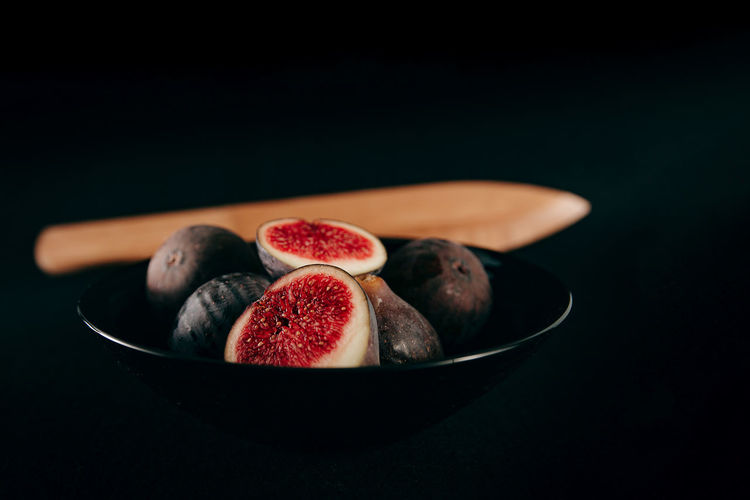 Close-up of fig fruits in bowl