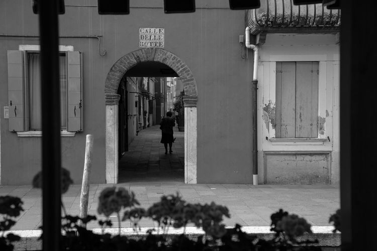 Calle Delle Botte Adult Arch Entrance Lifestyles Real People Street Street Photography Streetphoto_bw Walking Women