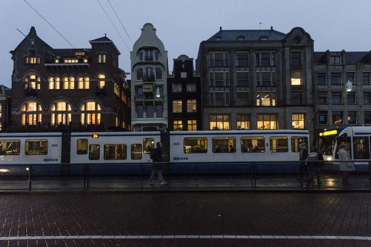 luces llegando la noche City Streetphotography Street Urbanphotography Amsterdam Amsterdamcity Tren Luces Luces De Ciudad Ligth Lig City Illuminated Sky Architecture Building Exterior Built Structure Cityscape