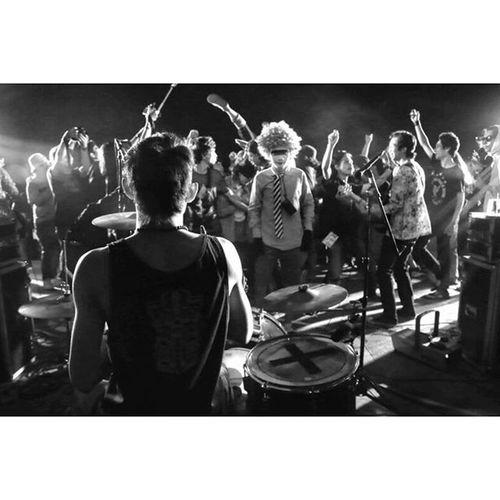 Konser Penutupan JFMI 8 Solo Jambore di solo di tutup oleh beberapa penampilan band, mulai dari yang Indie, Jazz, Hingga yang Rock. Suasana kebersamaan yang kuar biasa antar fotografer mudah se Indonesia. Terimakasih Solo, terima panitia @jfmindonesia Instanusantara Instanusantaramakassar INDONESIA Jfmi8solo