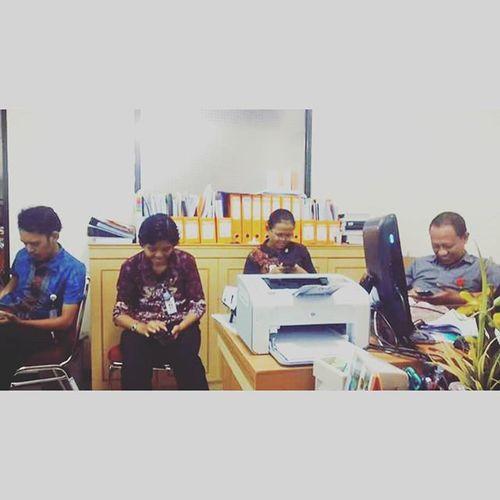 Overtime Break Officemates 😌😌😌😌📱📱📱📱 RBA mengalihkan duniaku....