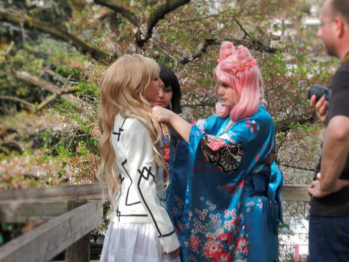 Enjoying Life Japanese Kimono Kimono Girls Girl Wannabe In Japan People Photography People Streetphotography Street Fashion Streetphoto Color Photography Springtime Spring Enjoing Life Capture The Moment Japanese Dress Sakura Sakura 2016 Hanami Cosplayer Cosplay Costume People Watching Urban Photography