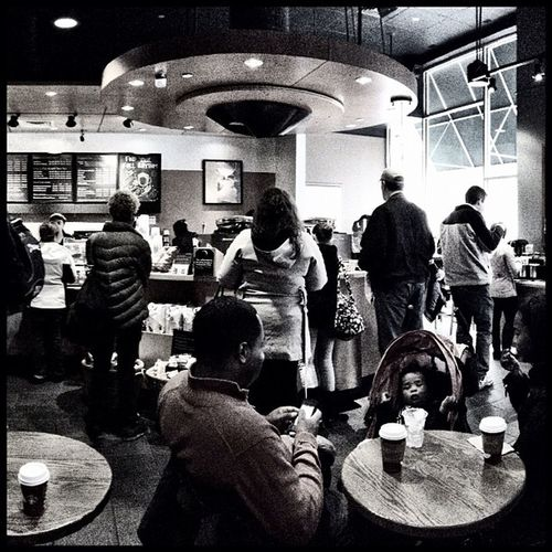 Crazy busy afternoon at Starbucks in Downtown Silver Spring. Coffee IPhoneography Starbucks Silverspring Ijomo