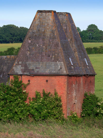 Oast House, Garden Of England , Kent, England. No People Day Architecture Vivid International Hops Beer Drying Process Rural Scene Countryside Travel Destinations Tourism Getty Images EyeEm Gallery Plant Tree Nature Built Structure Sky Building Exterior Green Color Outdoors Field Growth Old Grass Building Land Pyramid The Past History Brick