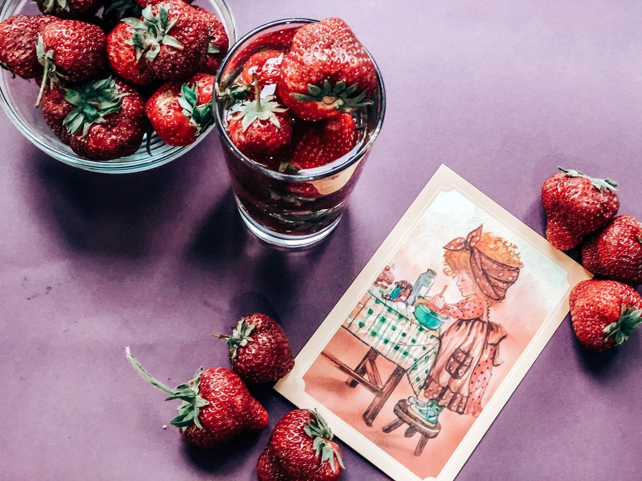 HIGH ANGLE VIEW OF STRAWBERRIES ON GLASS TABLE