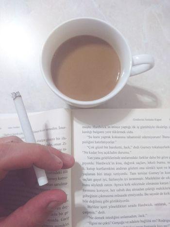 Human Body Part Human Hand Coffee Cup Coffee - Drink One Person Drink Indoors  Close-up People Adult Shadow White Background One Man Only Adults Only Day John Verdon Gözlerini Sımsıkı Kapat Shut Your Eyes Shut Your Eyes Tight Polisiye Kitapkokusu Kitaplariyikivar Kitapokuyun Kitaptavsiyesi Kitapkeyfi
