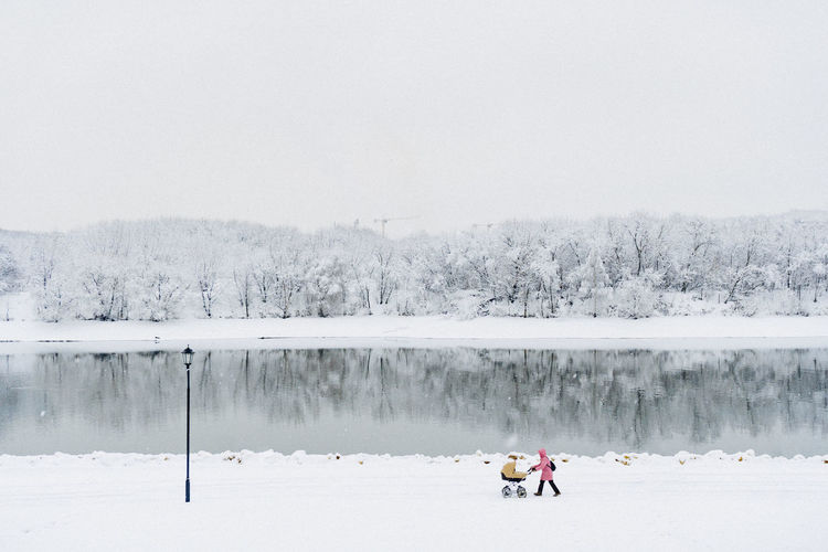 Winter Cold Temperature Snow Nature Beauty In Nature Water Scenics - Nature Lake Sky Day Tree White Color Group Of People Real People Non-urban Scene Plant Copy Space Landscape Outdoors Warm Clothing