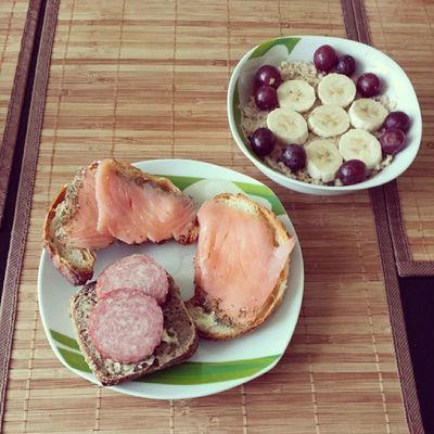 Frühstück :) Frühstücken Sonntag Banane Trauben hafer haferbrei croissants lachs Brötchen lecker ich liebe sonntage chillen guter start in den tag ?