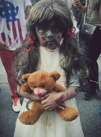 La edad de la inocencia Child Childhood Children's Portraits Children Photography Children Children Playing Children Only Childrenphoto Childrenzombie Zombie Zombie Gir Zombiewalk  Looking At Camera Teddy Bear One Person Portrait Stuffed Toy Lifestyles Marcha Zombie Innocence Maquillage Costume Halloween Disfraz