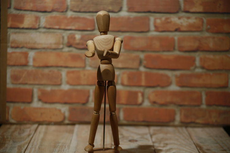 boneco de madeira, poses, wood doll Brick Brick Wall Wall Wall - Building Feature No People Focus On Foreground Red Close-up Indoors  Art And Craft Wood - Material Day Selective Focus Pattern Human Representation Architecture Built Structure Technology Repetition Boneco Madeira Bonding Modelo Pose