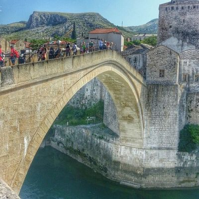 جسر موستار التاريخي البوسنة_والهرسك الذي بناه العثمانيون Mostar Historical Bridge built by Ottoman in Bosnia_Herzegovina Bosna Bosnia BIH Europe Travel Tourism Travel4arab City_explore Worldplaces Beautifuldestinations Sarajevo Saraybosna Ottoman Turkey