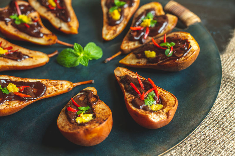 Pears baked on butter with cinnamon and sugar, topped with bitter chocolate with the addition of mint, chilli and peel citrus Healthy Lifestyle Breakfast Snack Food Dark Calories Colorful Food Mittagstisch Mittagessen Essen Vitamin Pear Baking Baked Sweet Mint Chilli Spicy Snack Desert Healthy Eating Diet Nature Eco Food Bio Food Ho.emade Eat Eating