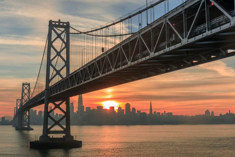 Sun setting over bay bridge and city of san francisco, vía yerba buena island