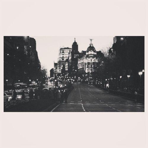Es tan difícil sonreír, perder el miedo y escaparnos.Buscar un sitio en el que dormir los recuerdos del verano.Se hace tan fácil mentir, mirar al suelo y olvidarlo,vaciar la maleta una vez más, y verlo todo difuminado. (Volver, siempre quiero volver, y volvería solo para recordar aquellas noches bonitas* Chupitos de canela en la galería, príncipe pío, atocha, concieto tras concierto, el Calderón, la gran vía, aquella calle no la volveré a ver más*) Veréis lo que hace tiempo, pero distinto. Carreterasdemadrid Lomismoperodistinto Sinrumbo Madrid granvia
