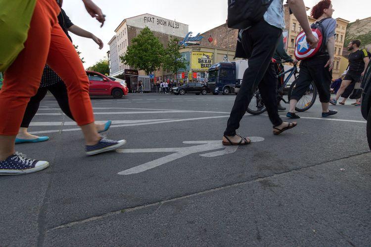 Berlin Menschen auf der Strasse Berlin Friedrichshain Fußgänger Kreuzberg Adult Adults Only City Day Group Of People Lifestyles Low Section Men Outdoors Peole People Real People Road Standing Street Streetphotography Transportation Walking Women