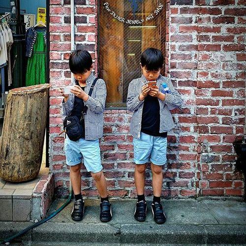 Drawwithlight Mobilephotography SamsungS5 手機攝影 Twins Game Blue Japan 日本 Boys Tokyo Travel 旅遊 街上小朋友