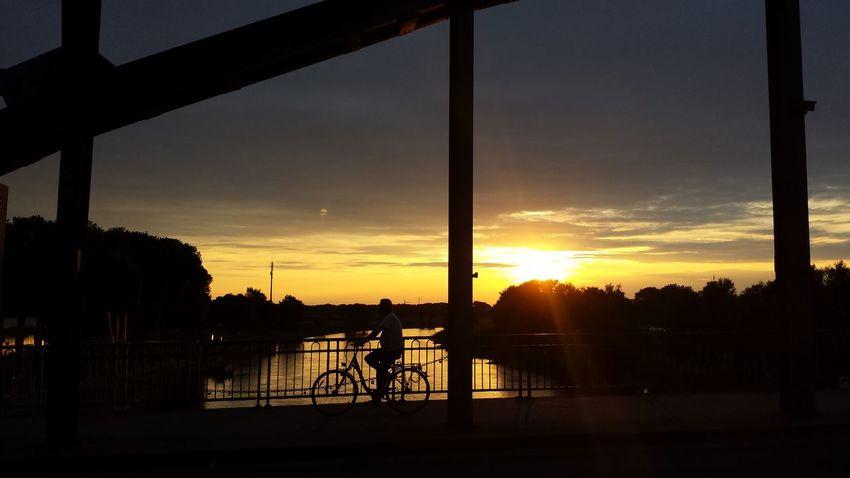 Sonnenuntergang mit Radfahrer. Sunset Weserland Architecture Contrast