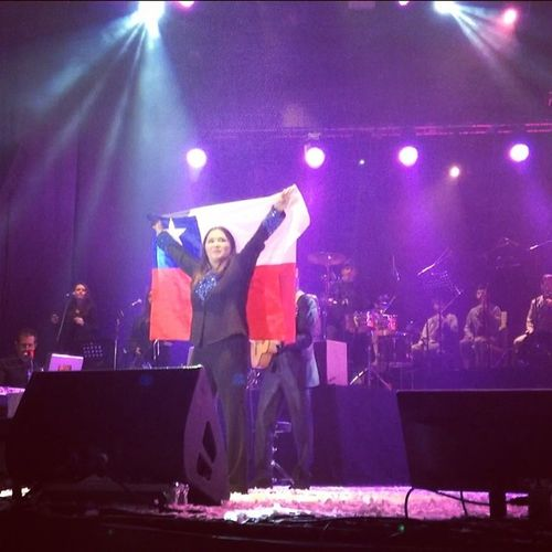 LaVozDeChile le Regala una Bandera Chilena a @anagabrieloficial en ArenaMonticello