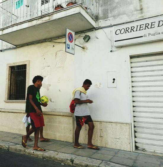 "Young Boys Puglia South Italy Puglia Backfrombeach HeadDown Mobilephones ""Una gioventù a testa bassa"""