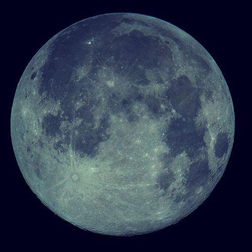 藍月 帶著鏡頭趴趴照 隨手抒發 夜 😙🎵🎶 一月當空照 涼夜把誰抛 夢中疾尺素 相寄恨迢迢 🎃🔭🌛 今夜月涼如水,黑夜靜謐。沒有什麼,就是有點想念。快樂有時,憂傷有時,失落有時,期盼有時,痛哭有時,歡笑有時,花開有時,花落有時,愛有時,恨有時,別有時,聚有時,有妳的日子,快樂伴隨。