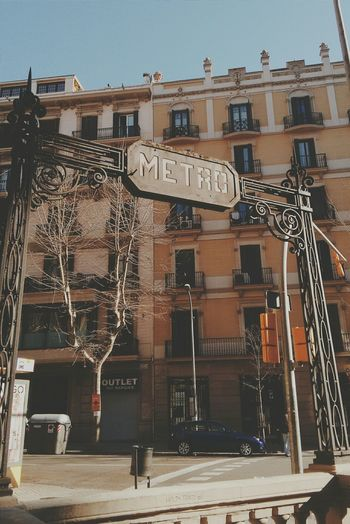 Barcelona con delirios de grandeza. Cityscapes Streetphotography Vintage Metropolis Underground Notes From The Underground Urban Landscape Urbanexploration Travelphotography Sunbathing