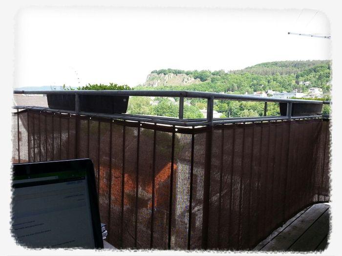 Heute das Office auf den Balkon verlegt. Suche noch Freiwillige, die mir helfen meinen Balkon hübsch zu machen ;-)