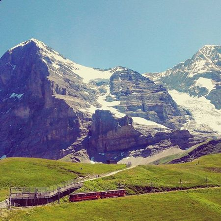 Projectsw Hiddentreasure Jungfrauregion : 융프라우 루트의 중간 기착지 클라이네샤이덱 . 모든 것이 반짝반짝 빛나는 날이었다. 그림같은 풍광에 부서지던 햇살이 잊혀지지 않는다. Jungfraujoch Kleinescheidegg Jungfraubahn Alps Mountain Clearsky Train Beautifuldestination Switzerland Swiss Alonetraveller 2015  여행스타그램 나홀로여행 스위스 알프스 여행에미치다 유디니