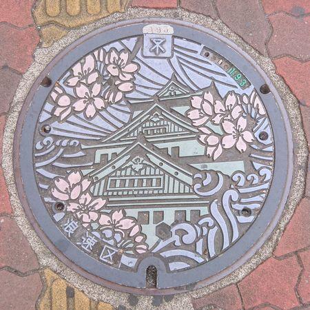 大阪城 桜 マンホール Osaka Castle Cherry Blossoms Manhole Cover Manhole Lids On The Road Travel Photography From My Point Of View Manhole Covers Around The World マンホール蓋 Manhole Lids マンホールくらぶ October 2016 大阪へは何度か行ってますが、このマンホールのカラー版見たのはこれが始めて。ちなみに無鉄砲大阪本店のラーメン食べた帰りに撮った写真🍜