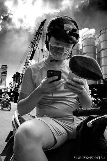 Título: BI MOVIL Autor: Marcus Populus Lugar: Saigon, Vietnam. Cámara: SONY SLT A65V Punto F: f/8 Tiempo de exposición: 1/250s Velocidad ISO: 100 Distancia focal: 18mm Activity Cloud - Sky Communication Day Mobile Phone One Person Photography Themes Portable Information Device Real People Smart Phone Technology Wireless Technology