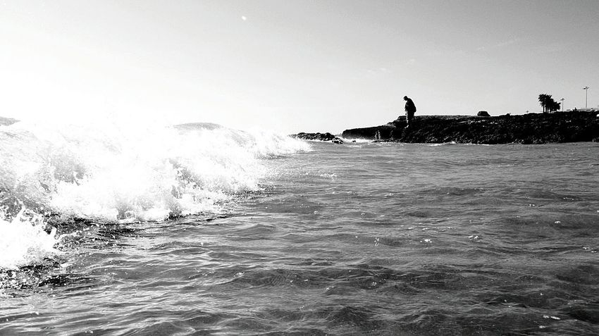 At the sea taking photos... Monocrome Monochrome_life Black And White On The Beach By The Seaside Waves, Ocean, Nature Beachphotography Monochrome This Is My Paradise