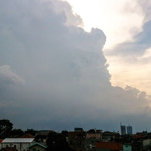 Langit terbelah... Fotograferamatir NikonD5100 Lensanikon18 -55 Potoaingkumahaaing landscape cloud