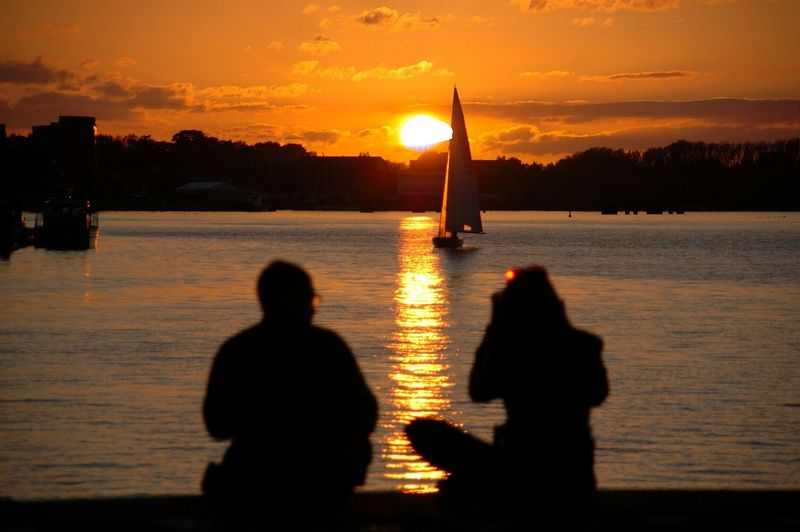 Paar genießt den Sonnenuntergang im Stadthafen Rostock ⚓⛵Sonnenuntergang Sun Stadthafen Rostock Relationship Love Liebe Enjoying The Sunset Sunset Sunset Silhouettes EyeEm Best Shots