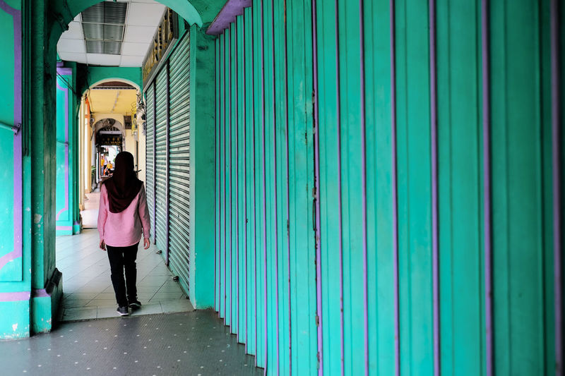 Penang Malaysia Series Real People Adult Lifestyles Leisure Activity Architecture Casual Clothing Travel Georgetown Penang Malaysia Corridor Walking City Exploring The City Tourist Adventure In The City Urban UNESCO World Heritage Site Arcades Passageway