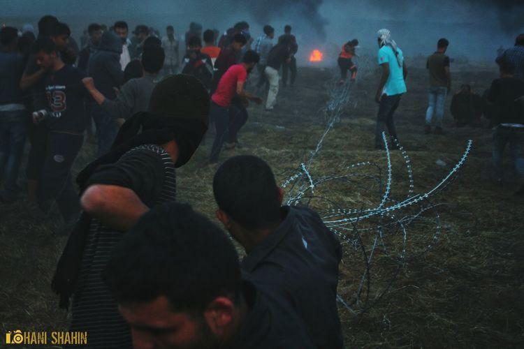 يسحبون السلك الشائك بايديهم.الذي تسيل دماء لكي يرو ارضهم الطاهرة بدماء من غزة #تصويري